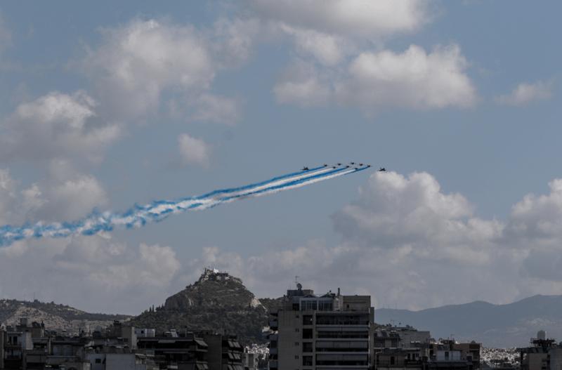 Γαλλικά μαχητικά στον ουρανό της Αθήνας: Σχημάτισαν τα ελληνικά χρώματα πάνω από την Ακρόπολη.